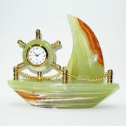 Laivelis iš onikso su laikrodžiu